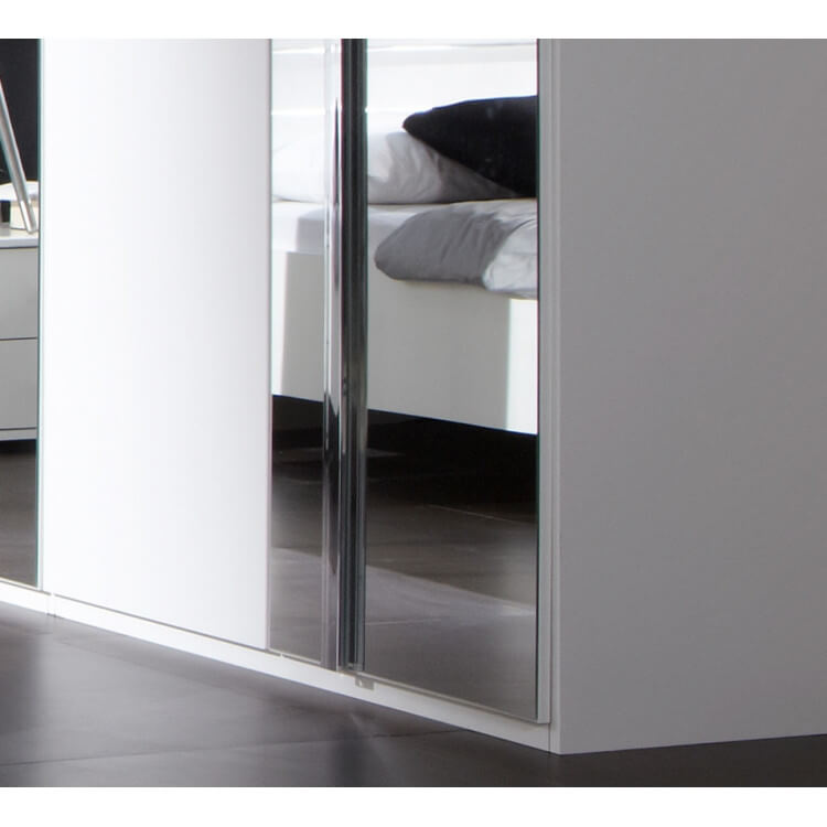 armoire design 5 portes blanc alpin chrome brillant mavrick matelpro. Black Bedroom Furniture Sets. Home Design Ideas