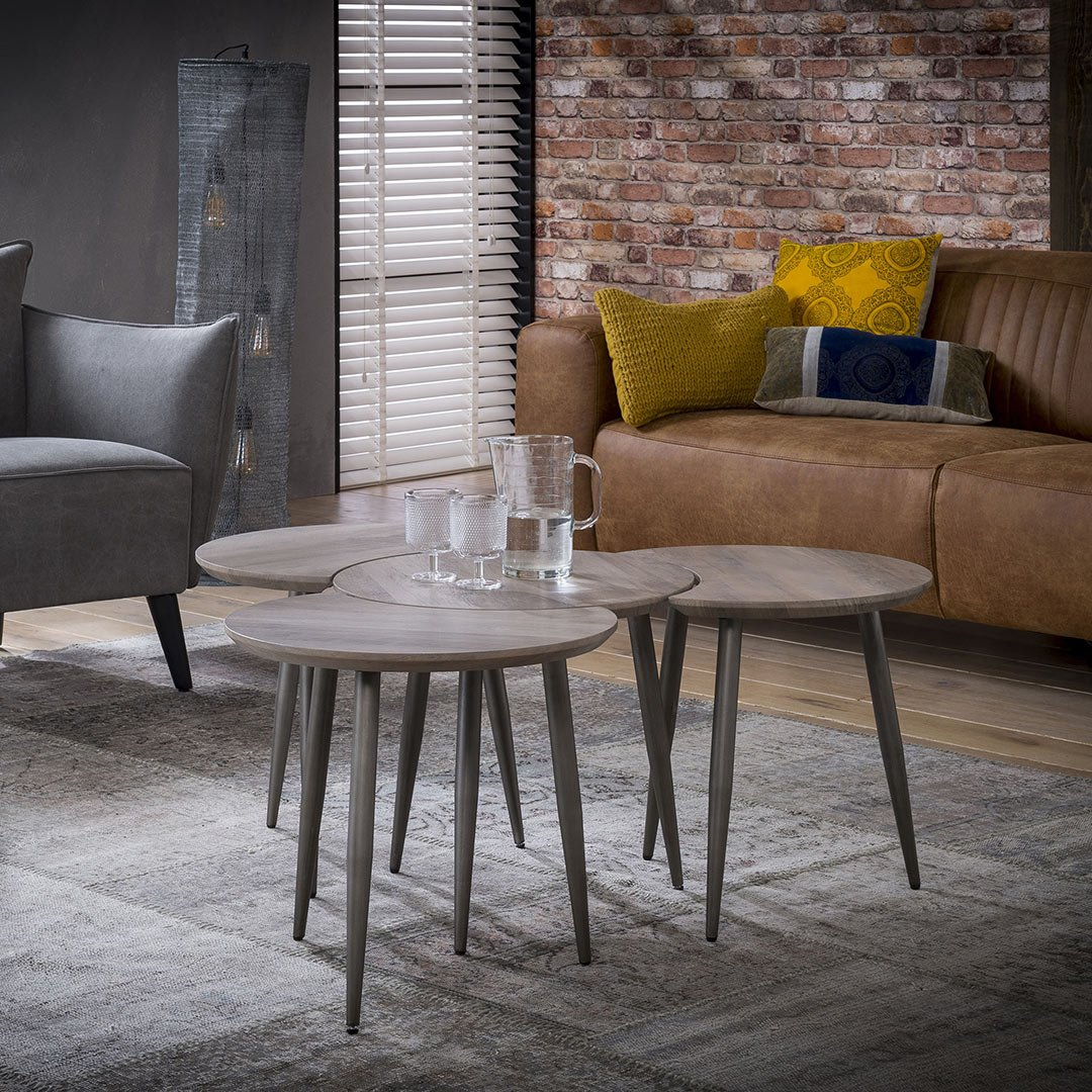 Ensemble de 4 tables basses rondes vintage en bois avec piétement en métal Justine