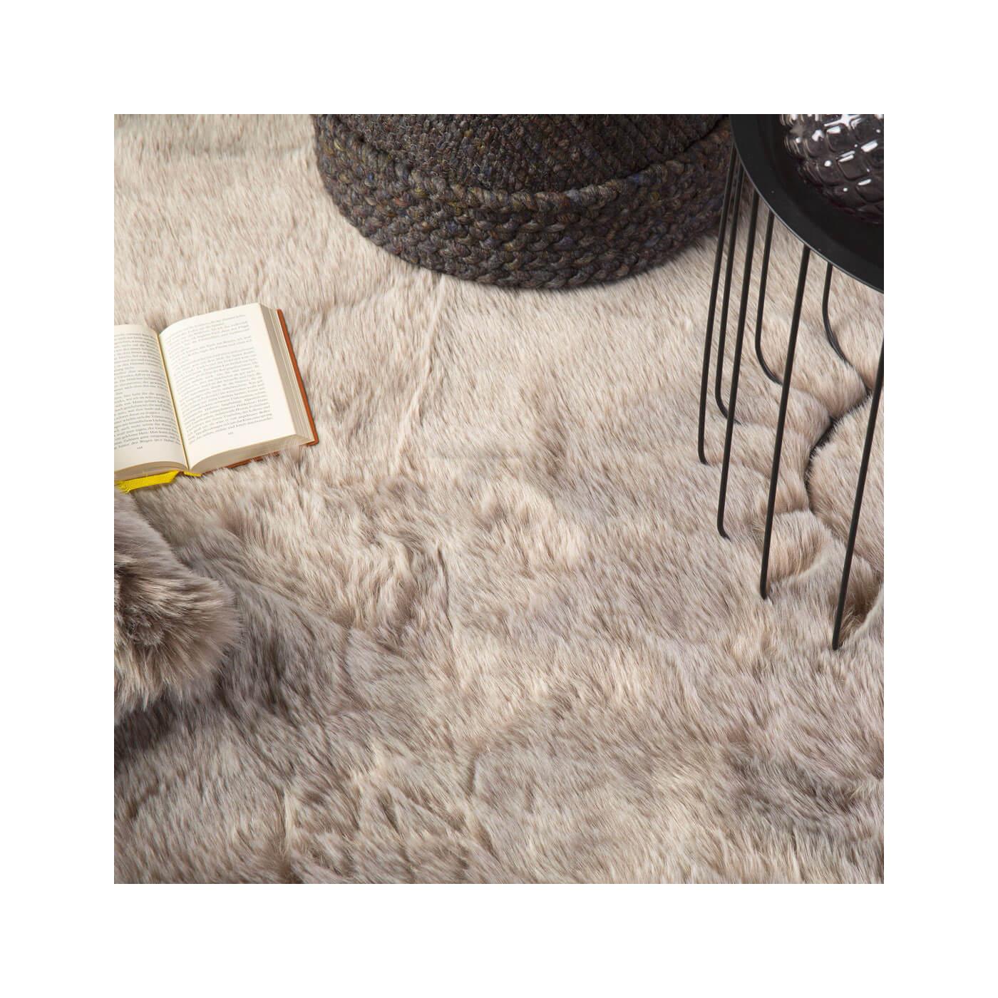 tapis en peau de mouton synth tique shaggy berenike. Black Bedroom Furniture Sets. Home Design Ideas