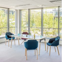 Chaise de réunion design avec piétement droit en bois Sandy