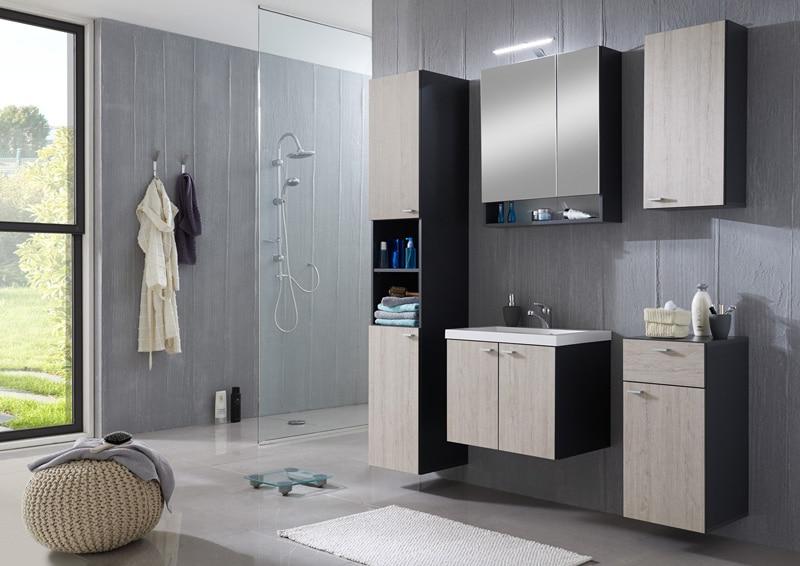 une salle de bain fonctionnelle et déco